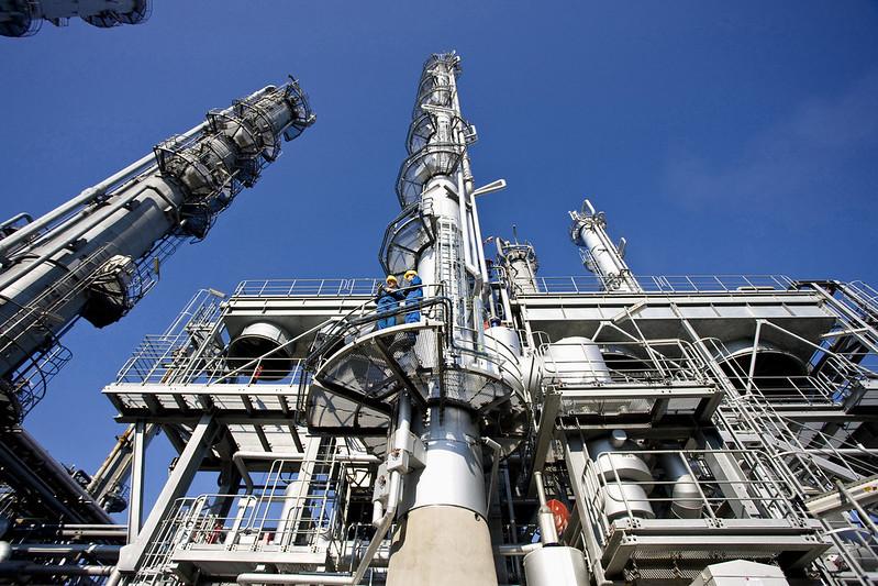 Petrochemischer Cracker bei BASF in Ludwigshafen, Perspektive von unten.