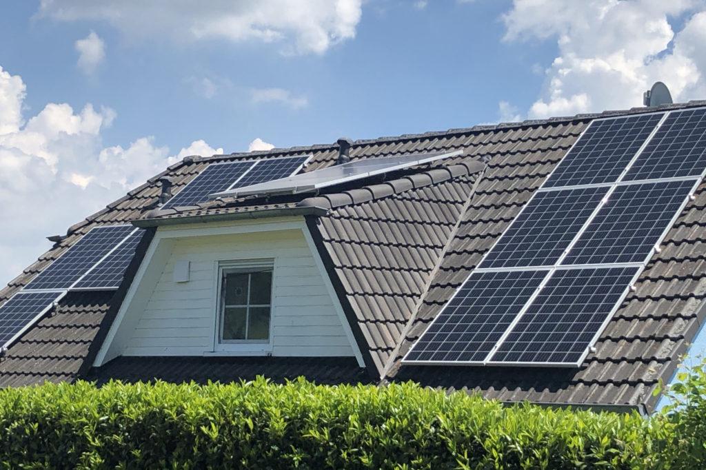 Hausdach mit Gaube und Solarmodulen